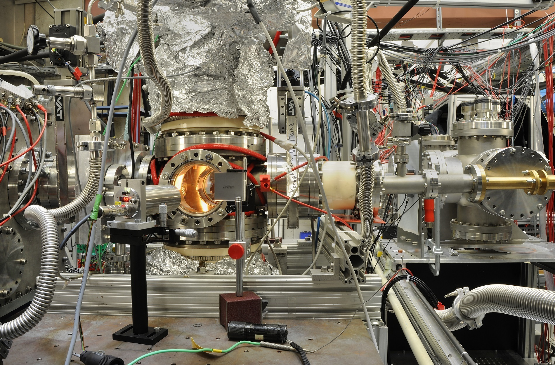 Gas-filled optical cell for laser spectroscopy of nobelium isotopes