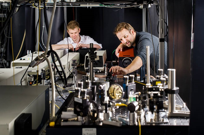 Doctoral candidates Daniel Rudolph (left) and Benedikt Mayer in the lab