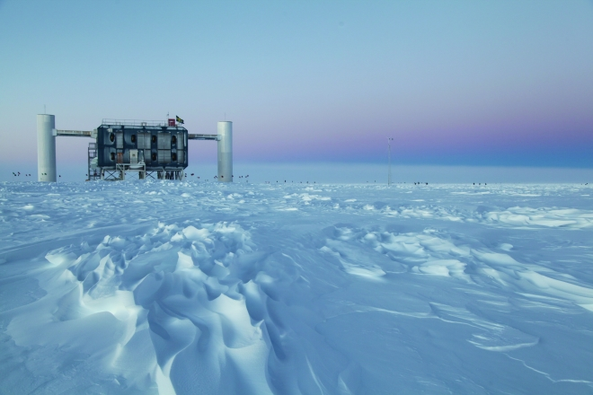 View over the ice at the geographic South Pole to the above-ground measuring station for the IceCube experiment