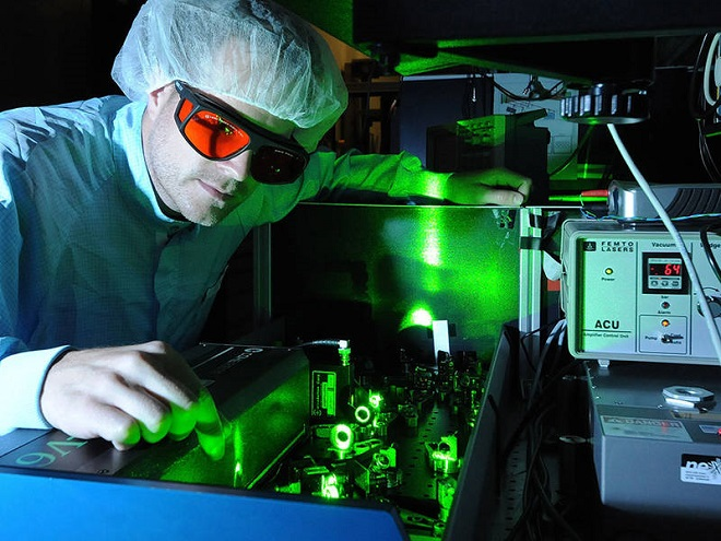 Tim Paasch-Colberg with the Femtosecond-Laser at the Laboratory for Attosecond Physics