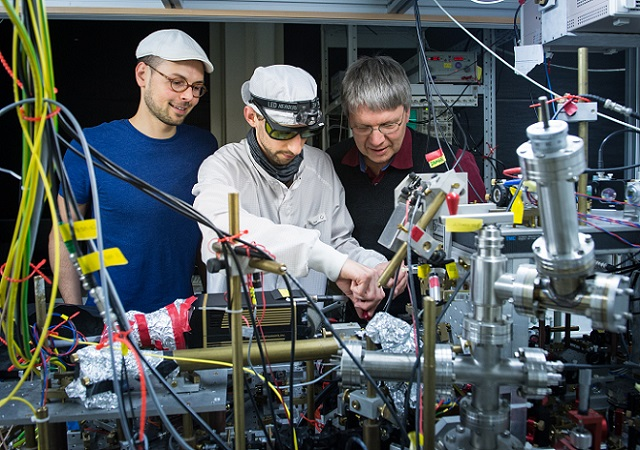 Researchers from the Institute of Applied Physics of the University Bonn in the laboratory