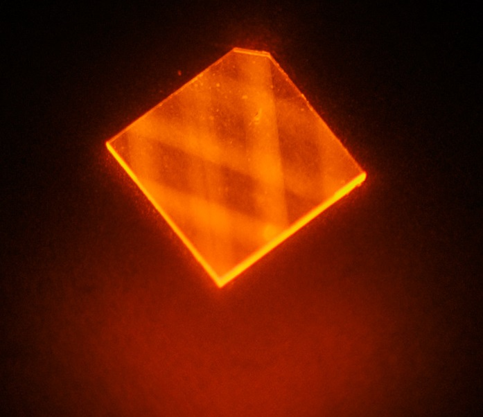laser light enters a synthetic diamond from a facet at its corner and bounces around inside the diamond until its energy is exhausted