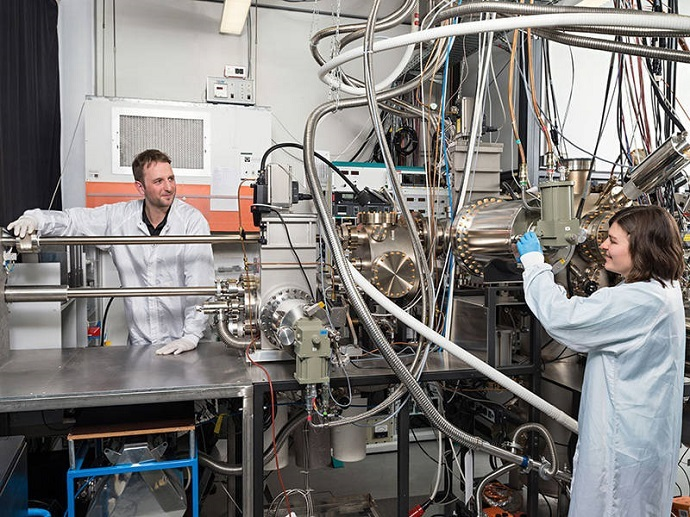 Benedikt Mayer and Lisa Janker at the epitaxy facility