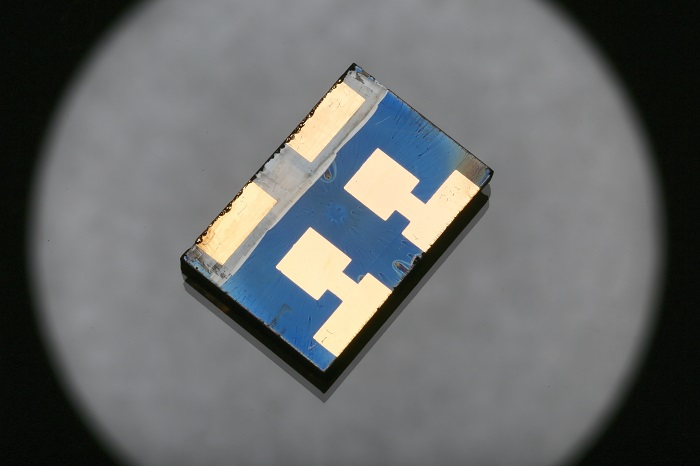 Perovskite solar cells made with a vacuum-flash