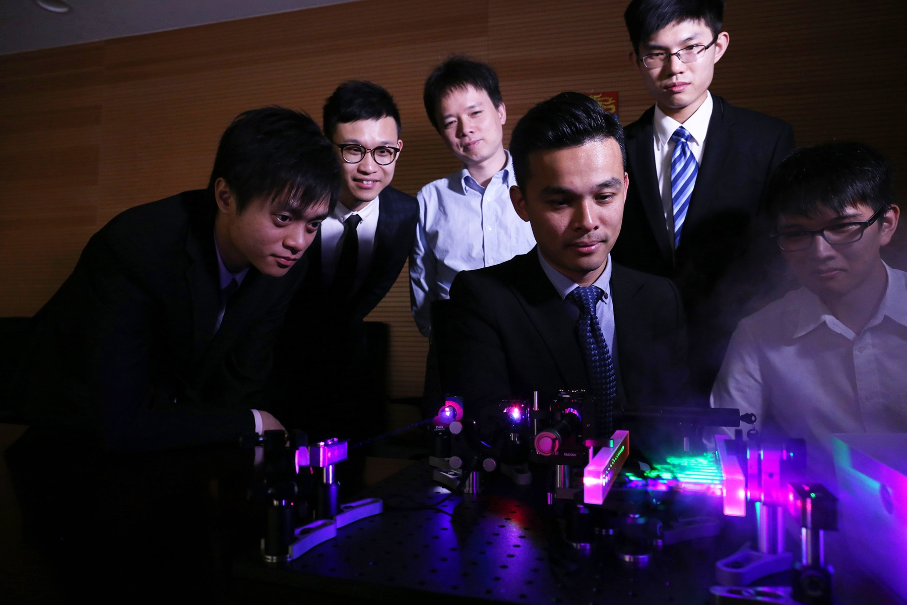 The HKU FACED team led by Dr Kevin Tsia and the laser-scanning device with an infinity mirror