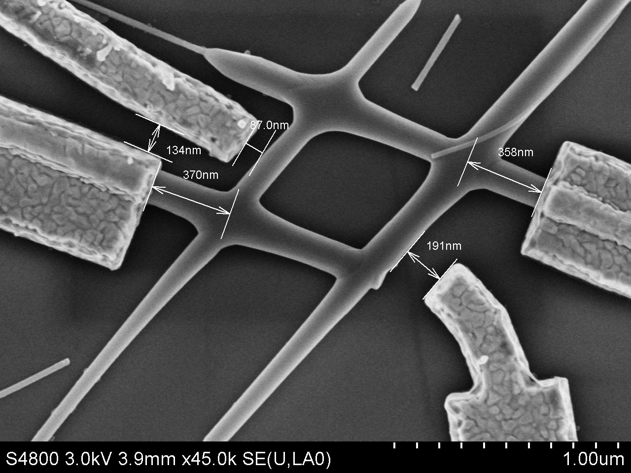 Image with scanning electron microscope of the chip with the 'hashtag' clearly visible