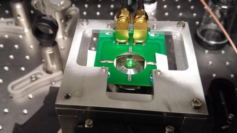Diamond sample illuminated by green light in our home-built microscope