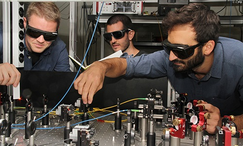 From right to left: Nicolas Maring, Pau Farrera and Dr. Georg Heinze at the experimental setup. Credit: ICFO