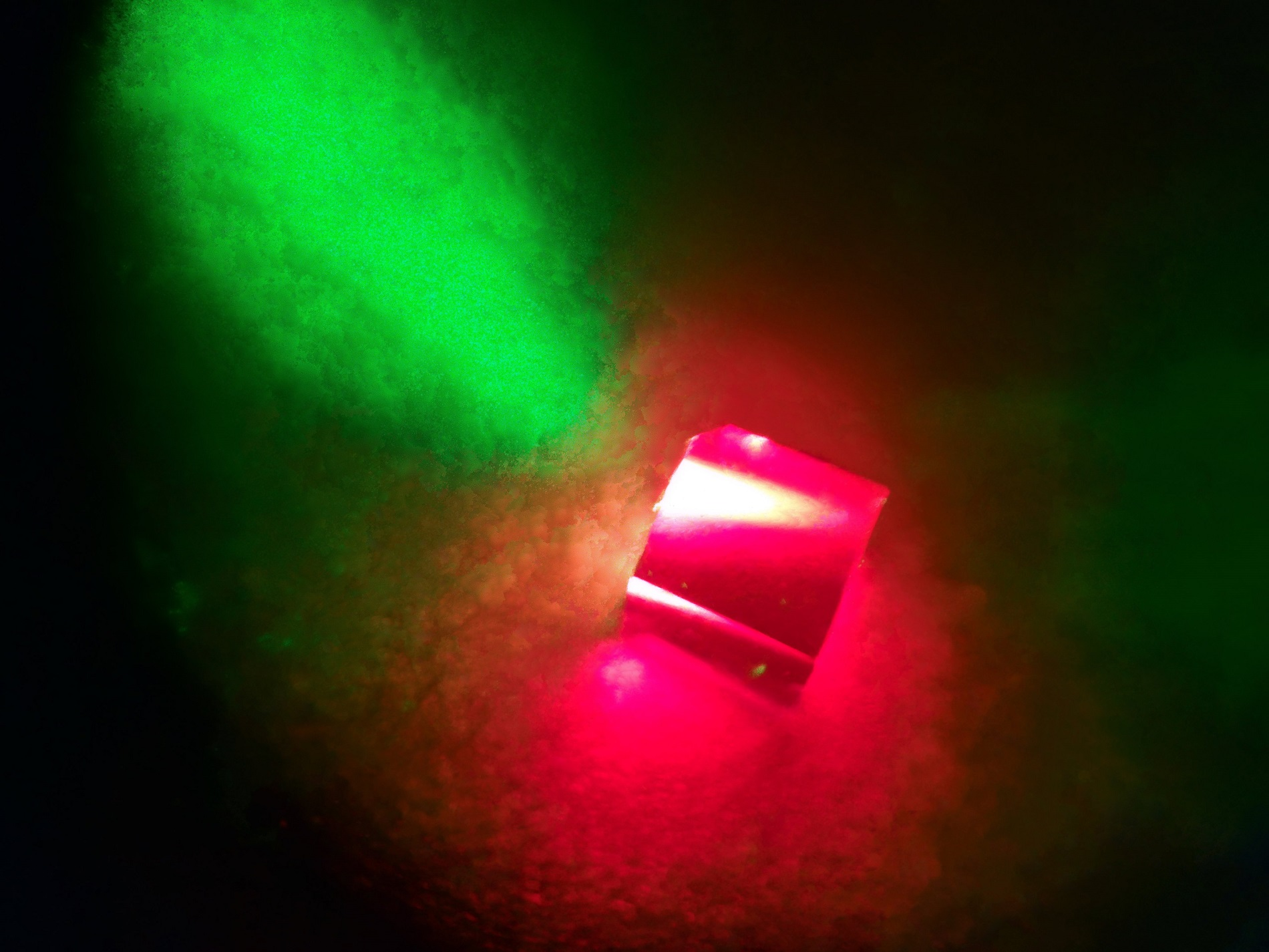 A diamond containing nitrogen-vacancy defects centres is illuminated by a 532-nm green laser