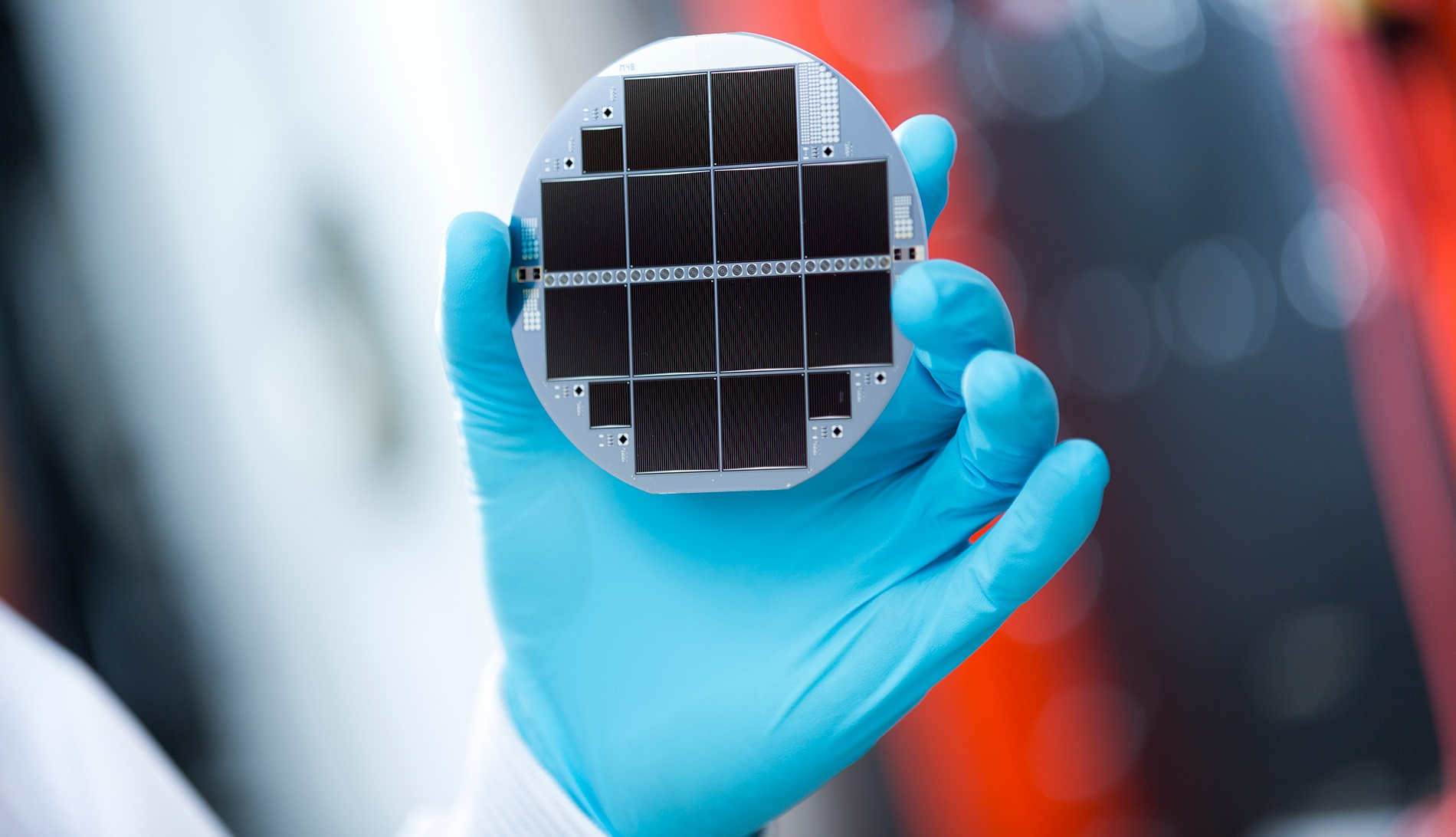 Silicon-based multi-junction solar cell consisting of III-V semiconductors and silicon
